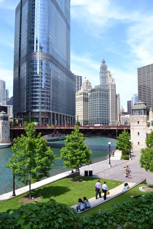 June 2011 - Chicago, Illinois USA: People enjoying the Chicago River walk during the summertime. Редакционное