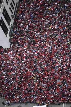 gathers: Folla si raduna per il centro di Chicago Blackhawks Parade