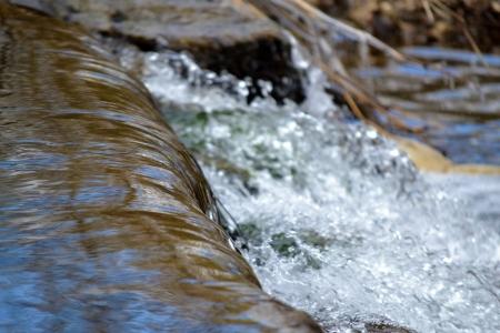 filtración: Agua que fluye a un depósito de almacenamiento de agua en un Centro de Tratamiento de Agua Foto de archivo