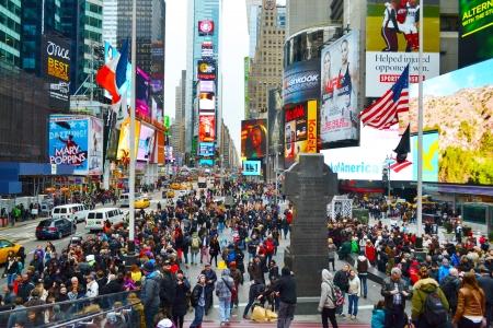 ニューヨーク市のタイムズスクエアの人々 の群衆