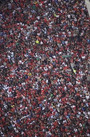 シカゴ - 2010 年 6 月 11 日: シカゴの Blackhawks を祝うパレードの姿にミシガン アベニューに沿っての推定 200 万ファンの収集 写真素材