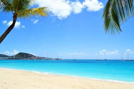 Playa del Caribe hermosa con la arena blanca y agua turquesa