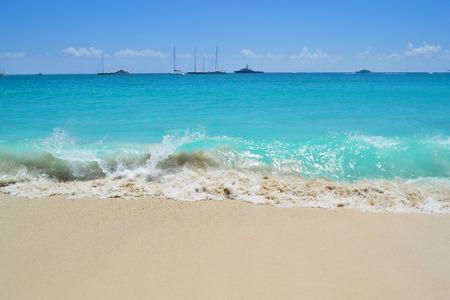 arena blanca: Playa del Caribe hermosa con la arena blanca y agua turquesa