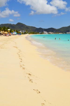 arena blanca: Playa del Caribe hermosa con arena blanca y agua turquesa
