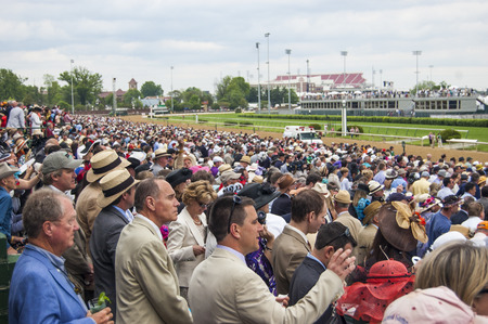 Kentucky Derby Crowd at Churchill Downs in Louisville, Kentucky USA Редакционное
