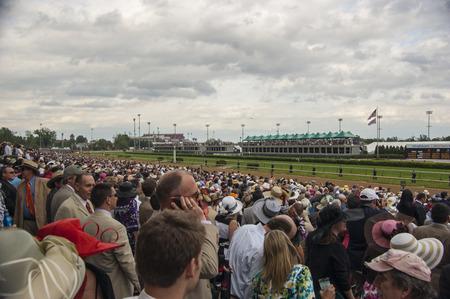 Kentucky Derby Crowd at Churchill Downs in Louisville, Kentucky USA Редакционное