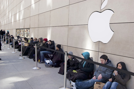 file d attente: Les clients faisant la file devant de l'Apple Store sur Michigan Avenue au centre-ville de Chicago, Illinois �ditoriale
