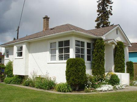 petites fleurs: Petite maison de stuc blanc 2 Banque d'images