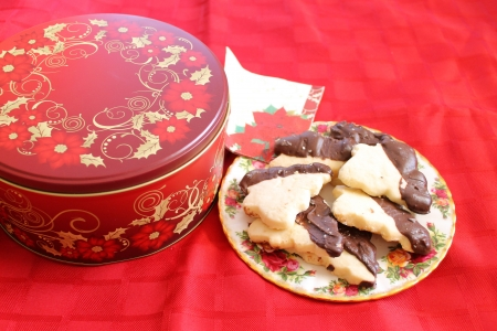 plateful: Cookie tin with plateful