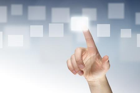 bussines: Vrouwelijke vinger dringende virtuele knop