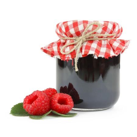 pote: Jam en una jarra con frambuesas frescas, aislado en blanco