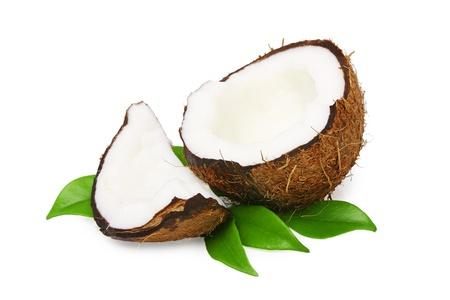 Coconut mit grünen Blättern auf weißem Hintergrund Standard-Bild
