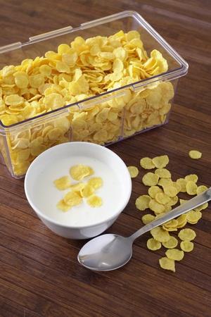 corn flakes: Repas sain avec des flocons de ma?s et le yaourt