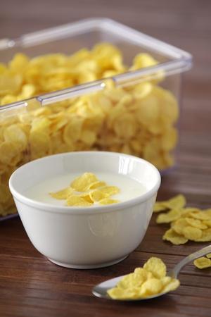 corn flakes: Repas sain avec des flocons de ma�s et le yaourt