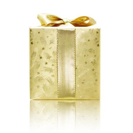 caja navidad: Caja de regalo de oro con la reflexi�n aislada en blanco