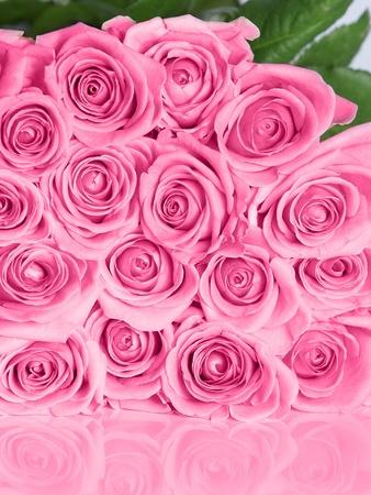 反射とピンクのバラの花束 写真素材