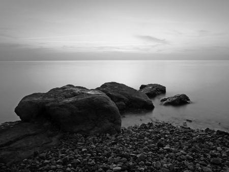 Langzeitbelichtung Foto von Strand am Abend, schwarz und weiß Standard-Bild
