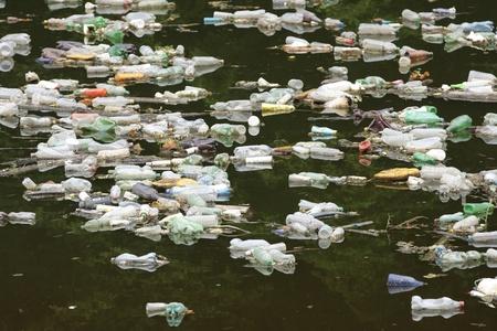 Verschmutzten Fluss in Bosnien, im Balkan