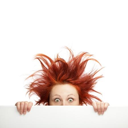 wild hair: Redhead donna con i capelli disordinati con copia spazio
