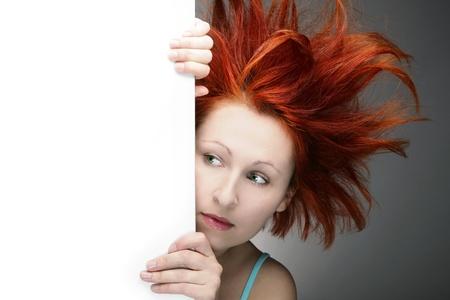 Redhead nő rendetlen haja másolatát tér