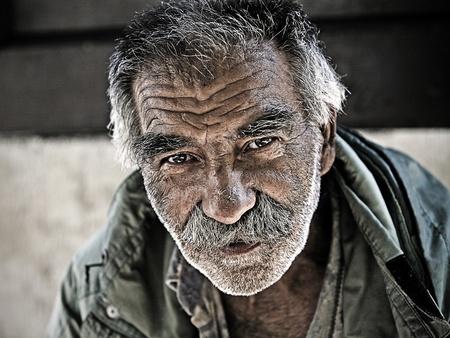 Belgrád, Szerbia - augusztus 18: Egy azonosítatlan hajléktalan férfi a Skadarlija - része Belgrád, Szerbia augusztus 18-án, 2011. Sok hajléktalan és szegény emberek az utcán a főváros Szerbiában. Szerbia struggeling a szegénység.