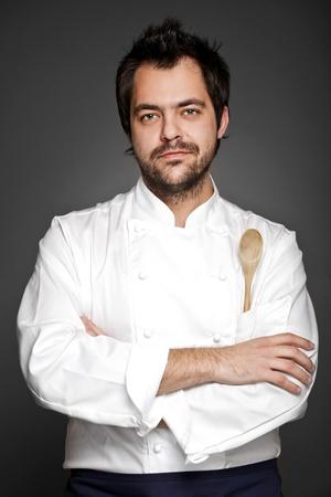 mani incrociate: Handsome cuoco in posa con le mani incrociate
