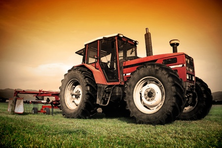 Old tractor on the grass field 版權商用圖片 - 12639668