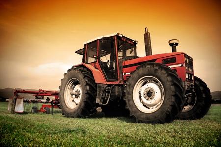 Régi traktor a füves