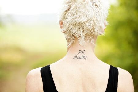 respiration: Vue de dos coureur femelle avec tatoo