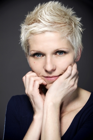 contact lenses: Retrato de una mujer rubia con lentes de contacto azules
