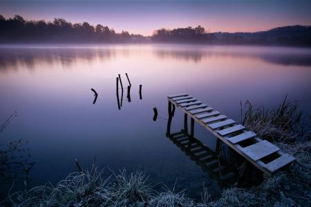 早朝の霧の湖