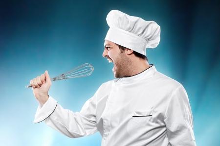 persona cantando: Cantando cocinero contra el fondo azul