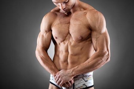 Handsome young fit und muskulöser Mann posiert