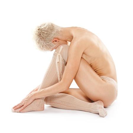 mujer desnuda sentada: Hermosa mujer joven sentada en el suelo aislado en blanco Foto de archivo