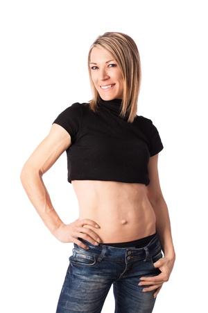 jeans apretados: Mujer joven en forma con cuerpo tonificado posando en el estudio