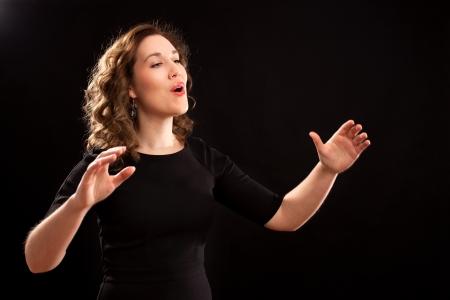 Vrouw koordirigent tijdens de uitvoering Stockfoto
