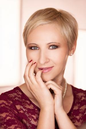 pelo castaño claro: Joven y bella mujer posando delante de la luz del anillo