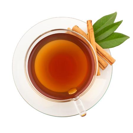 Bovenaanzicht van thee met kaneel in glazen beker