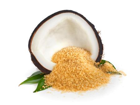 cocotier: la moitié de la noix de coco et le sucre de noix de coco sur fond blanc Banque d'images
