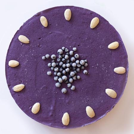 vysoký úhel pohledu: Zmrazený surový borůvkový koláč veganů Reklamní fotografie