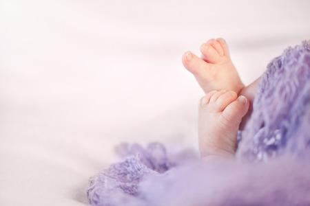 Kleine voeten van een pasgeboren baby meisje met een kopie ruimte Stockfoto