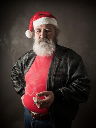 grosse fesse: Grumpy de badass Père Noël avec la cigarette