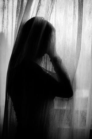 caras tristes: Mujer sola triste en apuros
