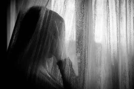 고통에서 외로운 슬픈 여자