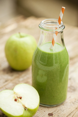 Green smoothie with vegetable and green apple Foto de archivo