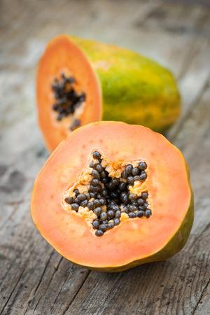 木の板にパパイヤの果実 写真素材