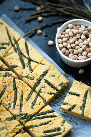socca: Home made torta di ceci anche conosciuto come socca con asparagi selvatici
