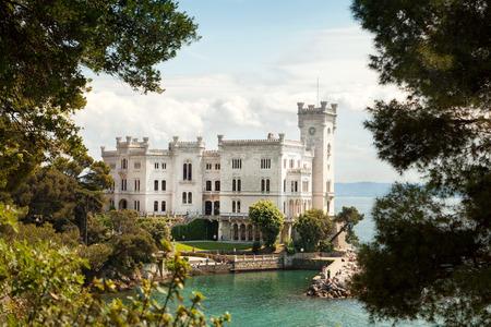castillos: Volver la vista del castillo de Miramare, Trieste, Italia Editorial