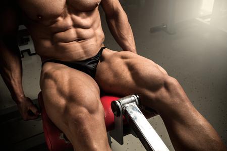 Strong bodybuilder training Quads in der Turnhalle Standard-Bild