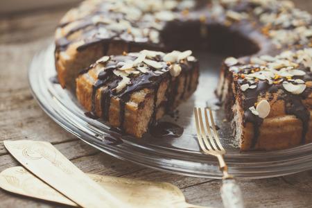 pastel de chocolate: Saludable torta LCHF paleo con Dessing chocolate negro Foto de archivo
